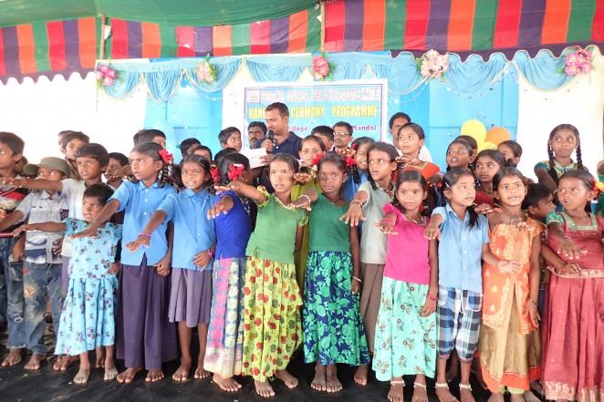 村や地域のおとなの前に立つ子どもたち