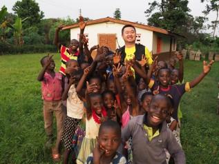 ガーナの支援地の村で子どもたちと
