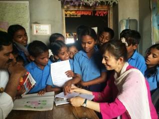 インドの支援地の村で子どもたちと