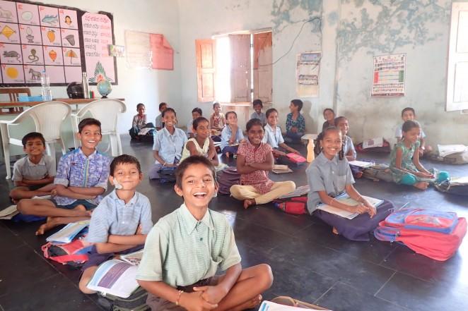 インドの村の公立学校で学ぶ子どもたち