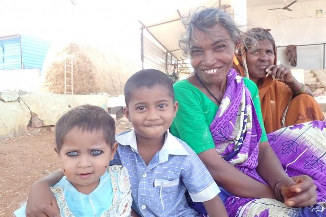 集落部で暮らす祖母と孫