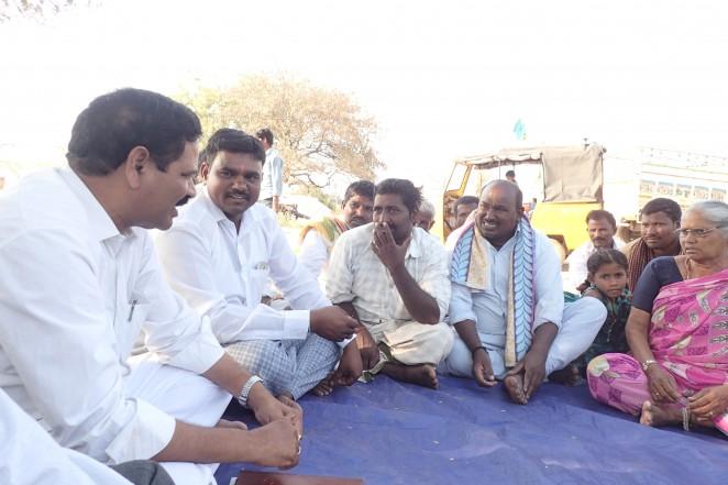 村での集会でSPEED代表が住民と話をする様子