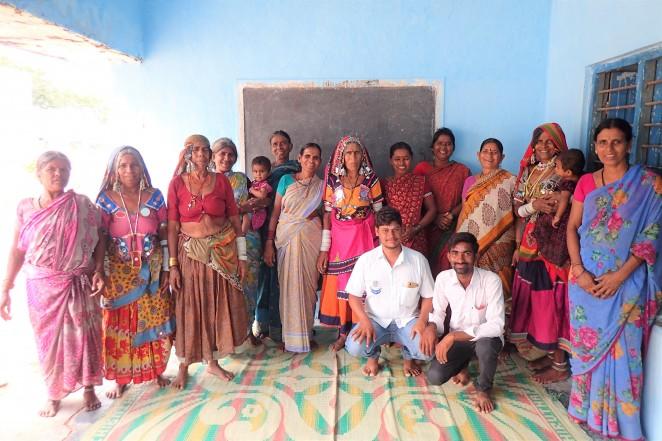 インドの村にて。「子ども権利保護フォーラム」メンバー