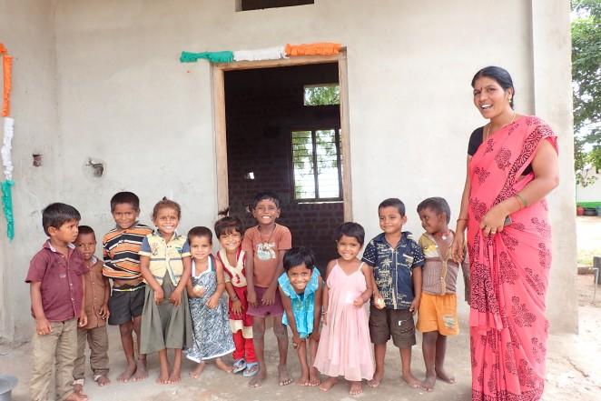 保育・母子健康センターのスタッフとそこに通う子どもたち