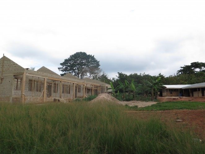 新たな校舎の建設が始まったプロジェクト地の小学校