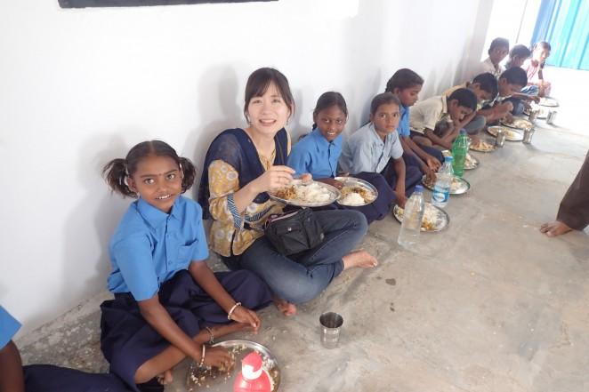 子どもたちを一緒に給食を食べるスタッフ