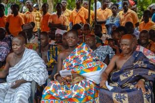 村の伝統的首長や住民の多くが参加した