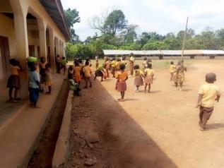 学校開校日に校庭で遊ぶ子どもたち