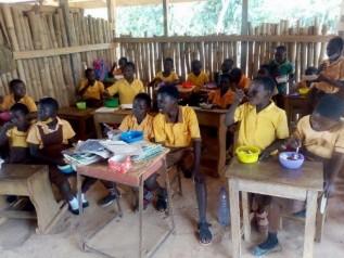 給食を楽しむ生徒たち