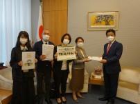 加藤勝信 内閣官房長官に首相官邸にて署名提出(2021年5月31日)
